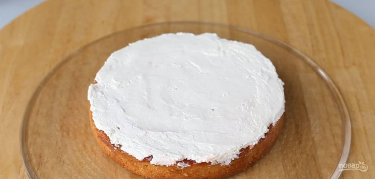 """5.Затем смажьте корж слоем белково-масляным кремом. Рецепт крема можно найти на нашем сайте под названием """"Белково-масляный крем на швейцарской меренге."""