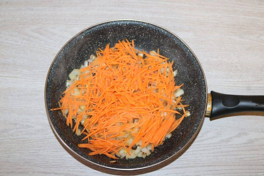 Добавьте морковь, обжаривайте вместе.
