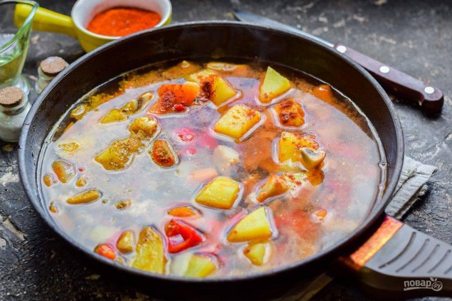 Влейте в сковороду воду. Тушите овощи 15 минут.