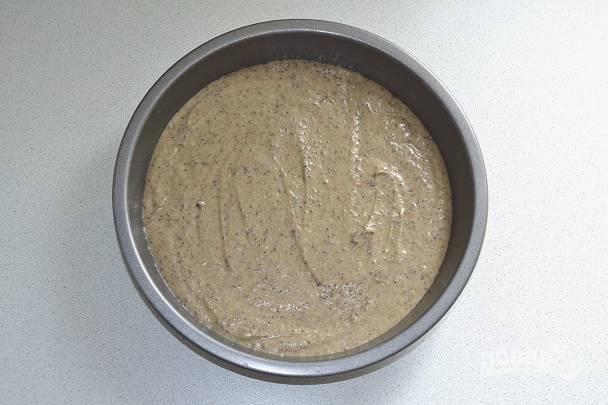 8. Вылейте его в жаропрочную форму, смазанную маслом и присыпанную мукой. Отправьте в разогретую до 180 градусов духовку.