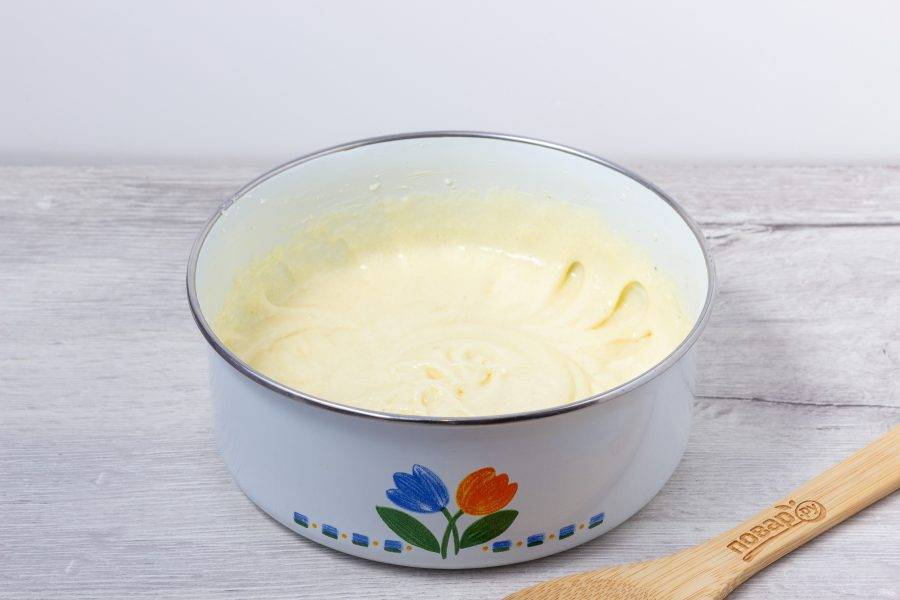 Сливочное масло взбейте с сахаром и ванильным сахаром. Затем по одному добавляйте яйца. Взбивайте после каждого яйца в течение 1-2 минут.