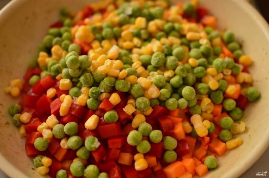 Добавьте все овощи, посолите и поперчите по вкусу. Готовьте минут 15 на среднем огне.