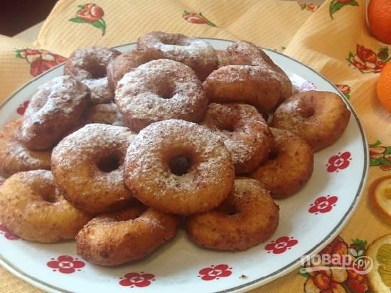 10. Остывшие пончики посыпаем сахарной пудрой.