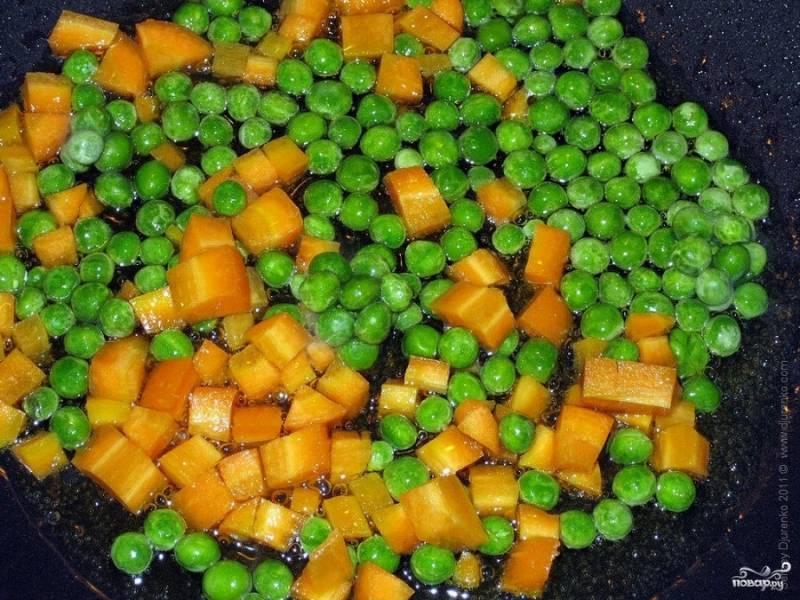 3. Далее добавляем к моркови зеленый горошек и обжариваем 3-4 мин.