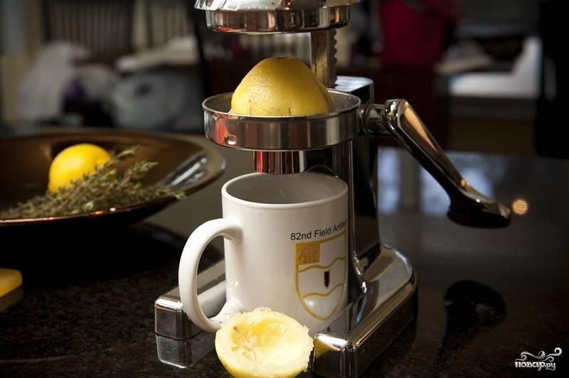 2. Из лимонов выдавите сок. Можно это делать и без хитроумных приспособлений, а просто используя грубую физическую силу :)
