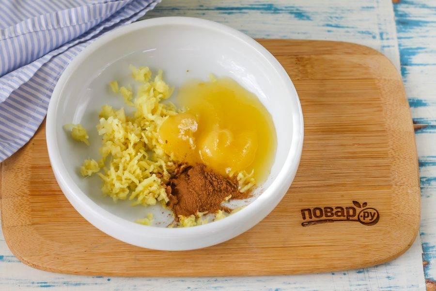 Выложите туда же цветочный мед и всыпьте молотую корицу. Если у вас аллергия на мед, то замените его сахарным песком или сладким сиропом. Аккуратно перемешайте между собой все ингредиенты. Имбирную пасту храните в холодильнике, выложив в контейнер или баночку с плотно закрывающейся крышкой. Для того, чтобы приготовить ароматный напиток для похудения, остудите кипяток до 35 градусов и вмешайте в 200 мл. жидкости 0,5 ч.л. пасты.