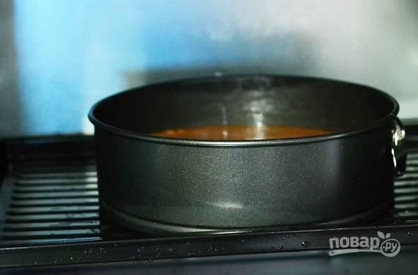 4. Готовое тесто разделите на две части. Выложите его в жаропрочную, смазанную маслом и присыпанную мукой, и выпекайте два коржа до готовности. Времени уйдет около получаса на каждый.