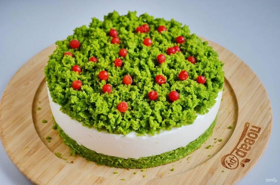 Через 2-3 часа снимите осторожно кольцо и украсьте ягодами торт. Приятного!