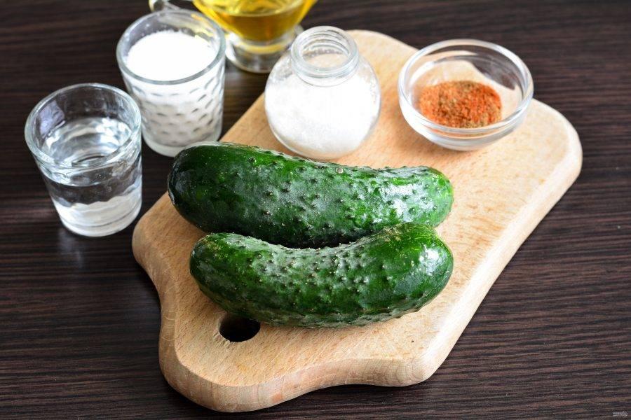 Подготовьте ингредиенты для приготовления огурцов с корейской приправой на зиму.