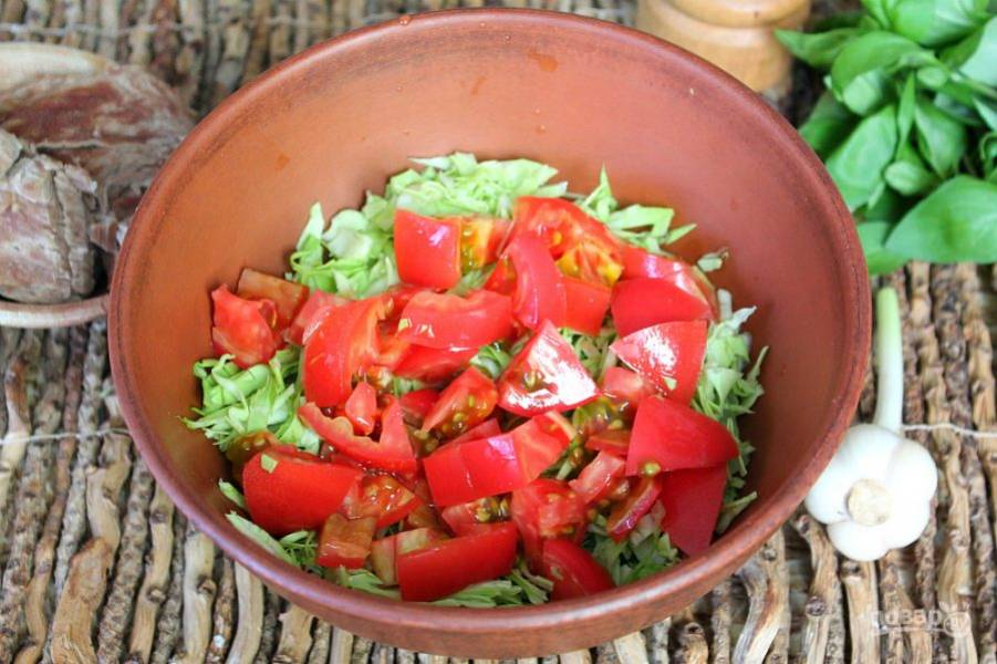 Добавляем нарезанный помидор.