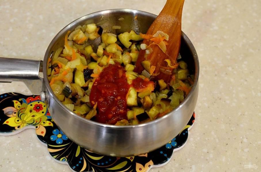 Посолите, добавьте томатную пасту и тушите всё вместе на небольшом огне.
