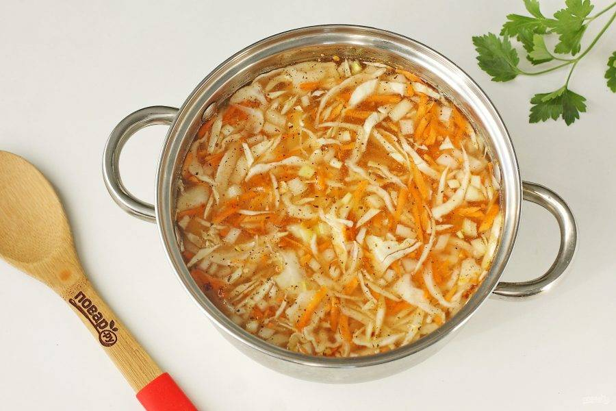 Переложите картофель, морковь, лук и капусту в подходящую по размеру кастрюлю. Налейте воду или бульон, добавьте соль и специи по вкусу. Поставьте кастрюлю на плиту и варите при небольшом кипении накрыв крышкой.