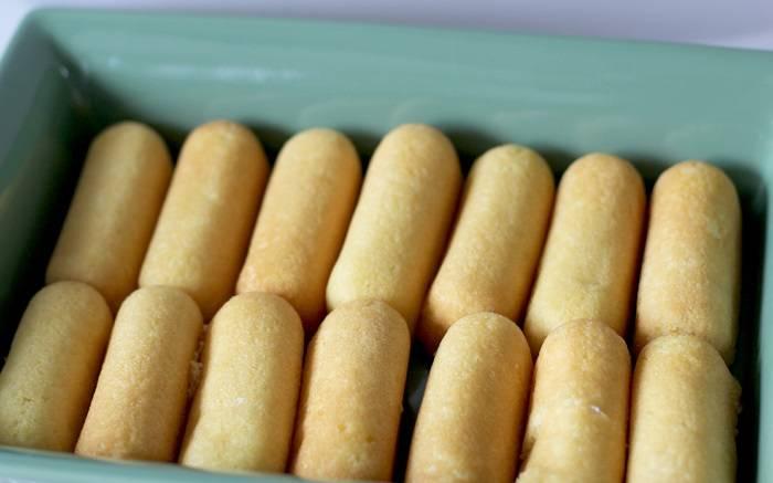 2. На дно формы выложить печенье. В рецепте приготовления клубничного торта без выпечки можно использовать абсолютно любое печенье, начиная от бисквитного и заканчивая обыкновенными крекерами.