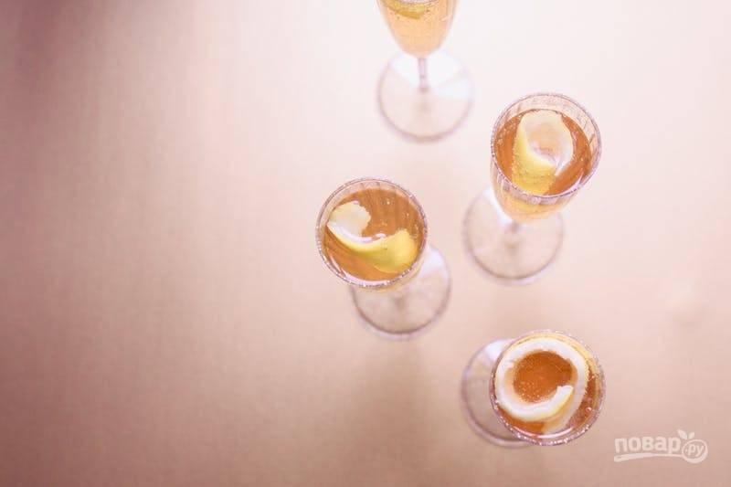 В конце украсьте коктейль крупным кусочком цедры лимона. Веселого Нового года!