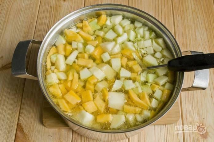 7.Перемешайте овощи и залейте их водой или овощным бульоном до самого верха кастрюли.