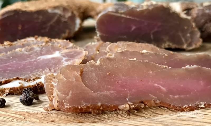 8.Спустя необходимое время достаете мясо, убираете пергамент и марлю, нарезаете его очень тонко. Приятного аппетита!
