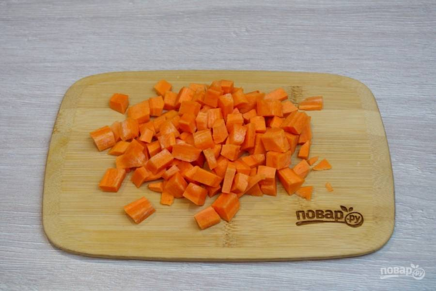 Для приготовления необычного винегрета нам необходимо взять морковь и картофель. Морковь очистите от шкурки и нарежьте на равного размера кубики.
