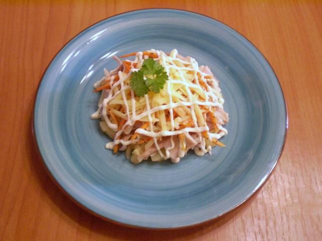 Украшаем салат майонезной сеточкой и зеленью. Дайте салату пропитаться 10 минут, и можно подавать к столу. Приятного!
