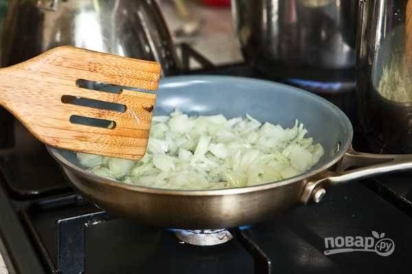 2. Лук очистите, нарежьте мелко и выложите на сковороду с небольшим количеством растительного масла. Обжарьте до прозрачности и снимите с огня.