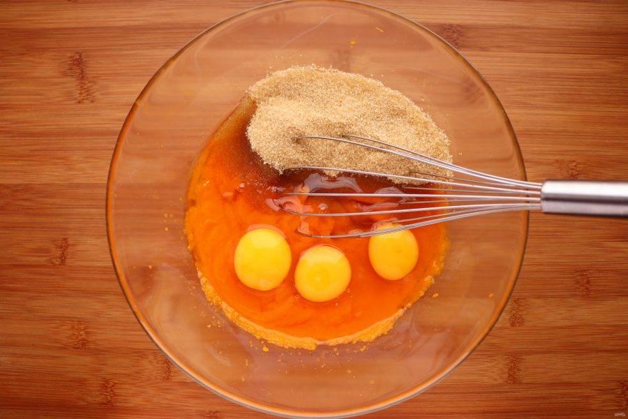 Тем временем приготовьте начинку. Тыкву отварите до готовности и измельчите в пюре. Охладите. Затем добавьте к тыквенному пюре сахар и яйца, перемешайте.