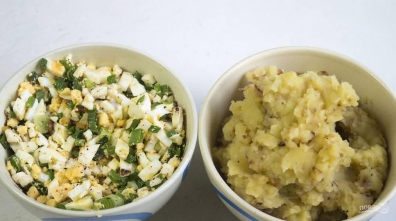 К готовым начинкам добавьте соль и перец. Перемешайте.