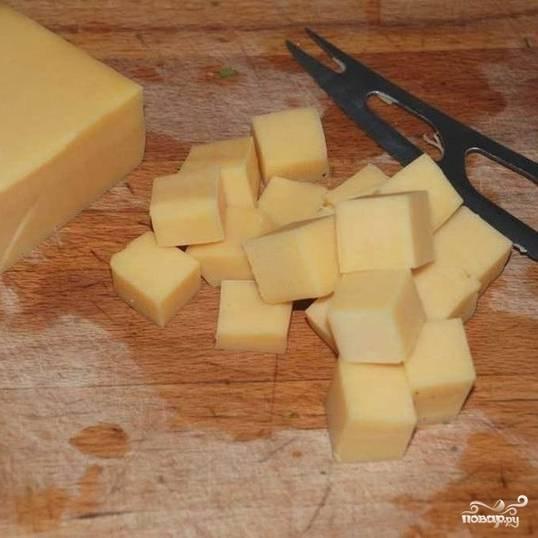 Сыр нарезаем крупными кубиками.