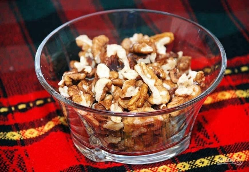 Орехи обжарьте на сухой сковороде, а потом измельчите.