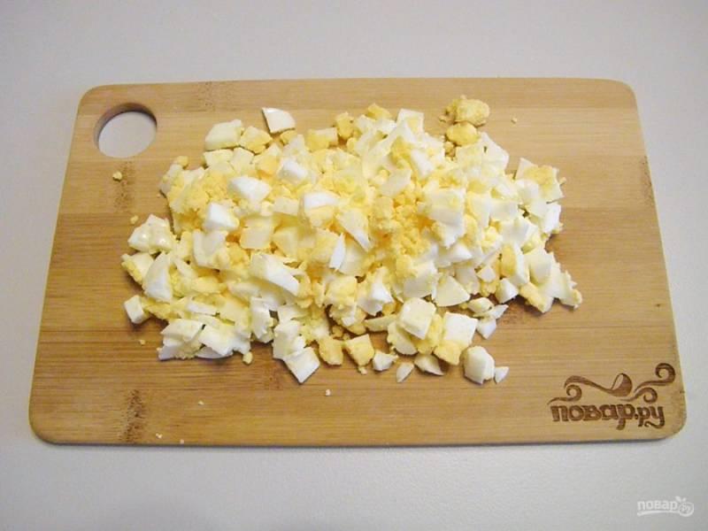 3. Яйца порубите кубиками.