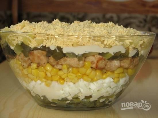 И верхним слоем у нас будут измельченные желтки. Отправляем салат в холодильник примерно на час.