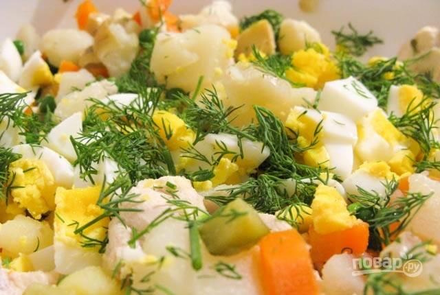 4.Измельчите зелень и добавьте ее в салатник, не забудьте об отварных яйцах. Заправьте салат небольшим количеством майонеза, посолите и поперчите, перемешайте.