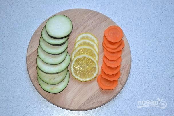 Кружочками нарежьте морковь.