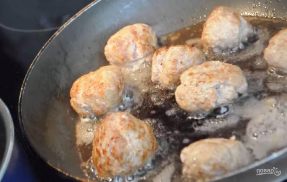 2. Сформируйте из фарша небольшие шарики, обжарьте их в разогретом растительном масле, постоянно переворачивая их, чтобы они сохранили круглую форму. Обжаривайте до золотистой корочки. Готовые шарики переложите в кастрюлю, в которой потом будете их тушить.