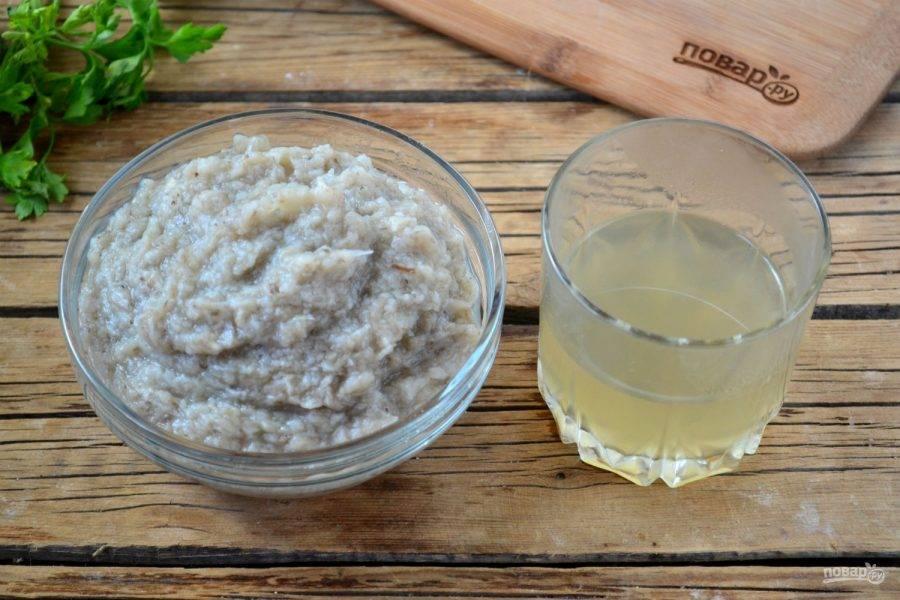 Отделите картофель с вешенками от бульона и измельчите с помощью блендера. От бульона отлейте четверть стакана, эта часть понадобиться потом. Затем опять соедините с оставшимся бульоном пюре из блендера. Обжаренные с луком грибы добавьте в уже получившийся суп-пюре. Все это снова доведите до кипения и варите на медленном огне.