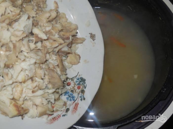 Также добавьте рыбу, рис и соль. Варите суп ещё 30 минут.