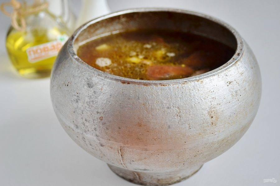 7. Залейте грибами с отваром. Воды должно быть 1 литр на 100 г пшена. Поставьте в горячую духовку на 1 час. Температура сначала 250 градусов, чтобы кулеш закипел, потом уменьшайте до 150-160, чтобы он просто томился, не кипел. Температуру регулируйте по своей духовке.