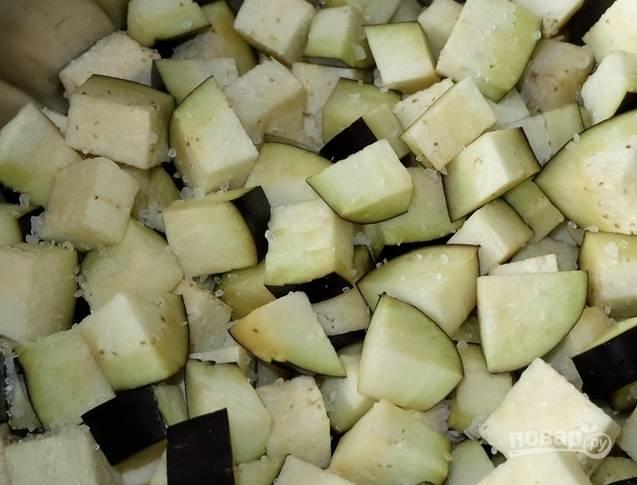 2. Нарежьте баклажаны кубиками и посолите их. Это нужно для того, чтобы ушла горечь.