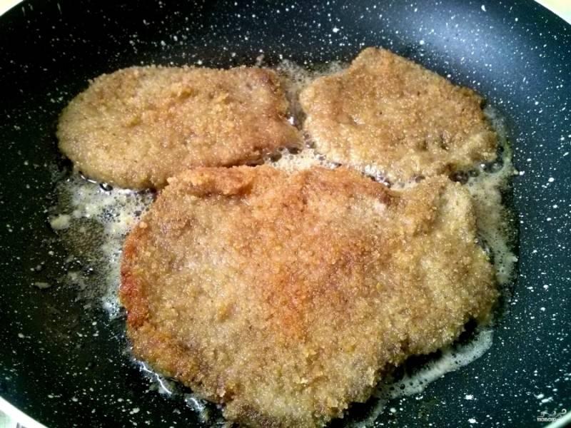 Разогрейте масло в сковороде, обжарьте в нём мясо до образования румяной корочки в течение 10 минут.