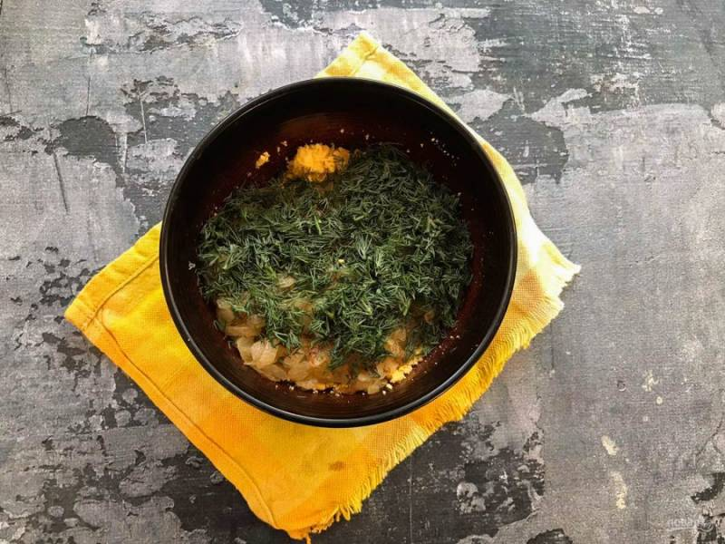 К желткам добавьте жареный лук и мелко нарезанную зелень.