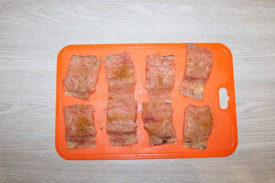 Филе нарежьте на порционные кусочки, слегка посолите, посыпьте специями для рыбы.