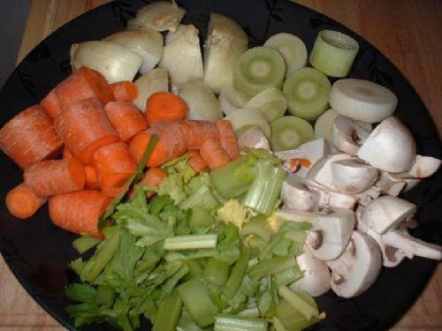 Консоме: Ингредиенты: 1 лук-Брул, 1 галлон куриного бульона, 1 лук (рубленый), 2 Лука-порей (рубленый), 4 стебля сельдерея (рубленый), 4 моркови (рубленый), 4 Грибочка (рубленый), 4 итальянских помидоров конкассе, 2 1 / 2 кг куриного фарша, 5 яичных белка, специи Саше, 1 лавровый лист, дробленый черный перец, соль.