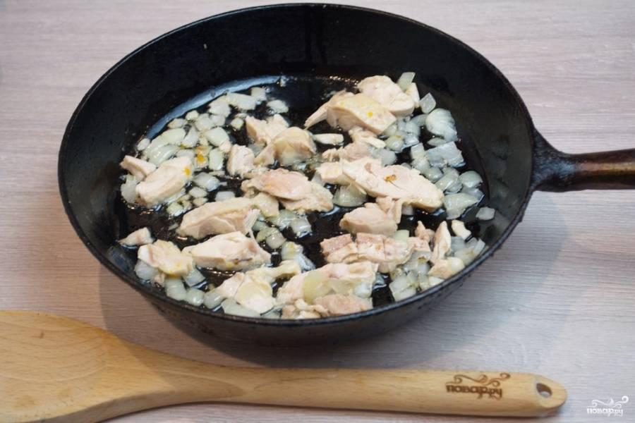 На растительном масле обжариваем одновременно лук и курицу. Лук должен стать мягким, а куриное мясо слегка подрумяниться, прогреться.