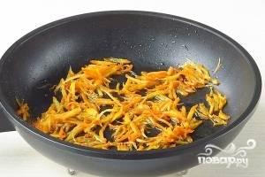 Морковь и петрушку очистить и натереть на средней тёрке. Овощи пассеровать до мягкости.