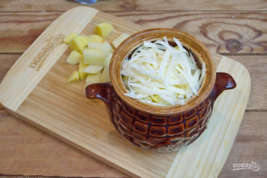 Пустоту горшочка заполните остатками картофеля. Натрите на терке твердый сыр. Выложите его сверху на картофель. В каждый горшочек влейте 0,5 стакана бульона или подготовленной жидкости (1 ч. ложка соли + 100 грамм сливочного масла + 2 стакана воды. Разогреть в микроволновке так, чтобы масло растопилось полностью). Приправьте каждый горшочек специями.