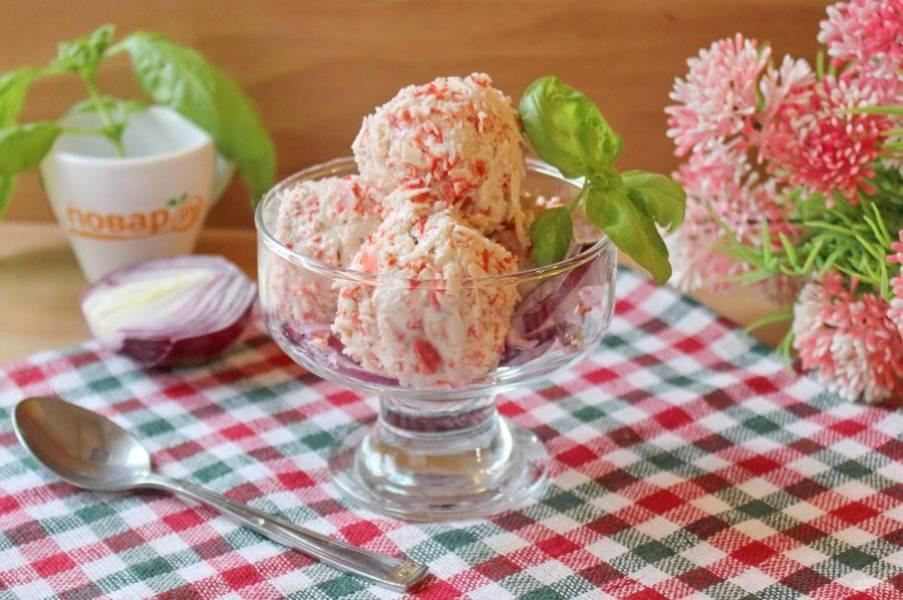 Красный лук нарежьте полукольцами и выложите в креманку. Добавьте шарики мороженого. Подавайте к столу с хлебом на закуску.