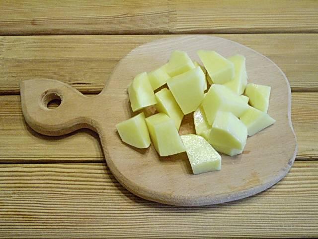 4. Картофель нарежьте крупными кубиками или кусочками, дольками.