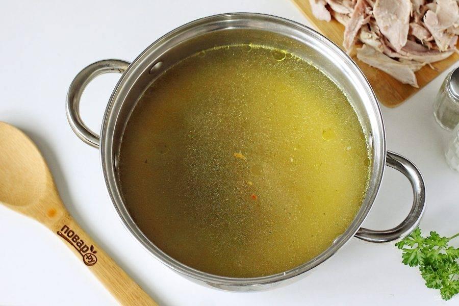 Готовый бульон процедите. Добавьте соль и специи. Мясо отделите от костей и верните в кастрюлю.