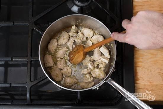 2. В сотейнике или в кастрюле разогрейте немного растительного масла. Обжарьте филе на среднем огне с имбирем. Посолите и поперчите по вкусу.