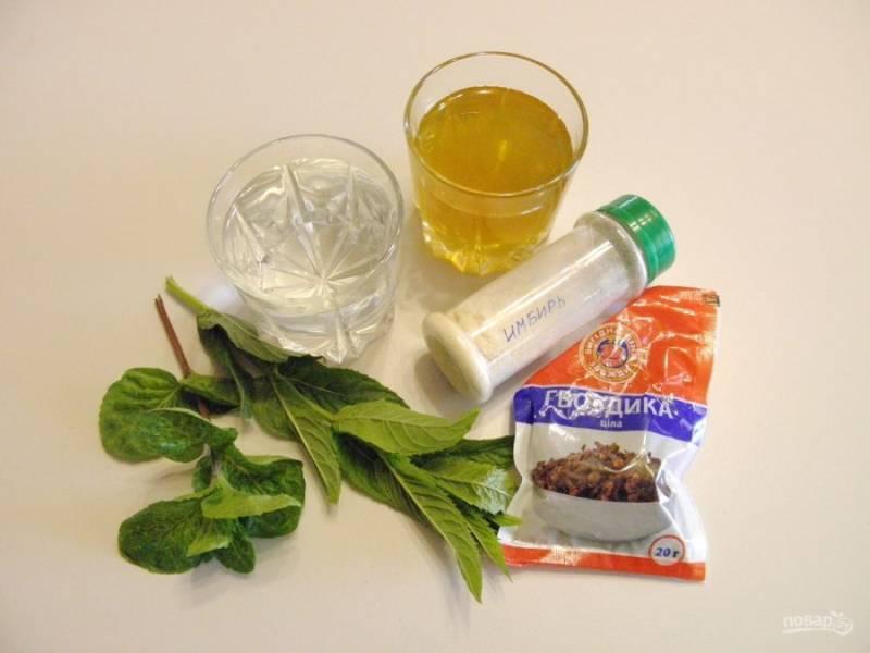 Приготовьте необходимые ингредиенты для напитка. Травы замочите в воде холодной на пару минут, потом прополощите под прочной водой.