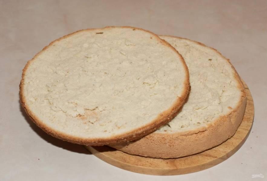Бисквит разрежьте на 3 равных коржа.