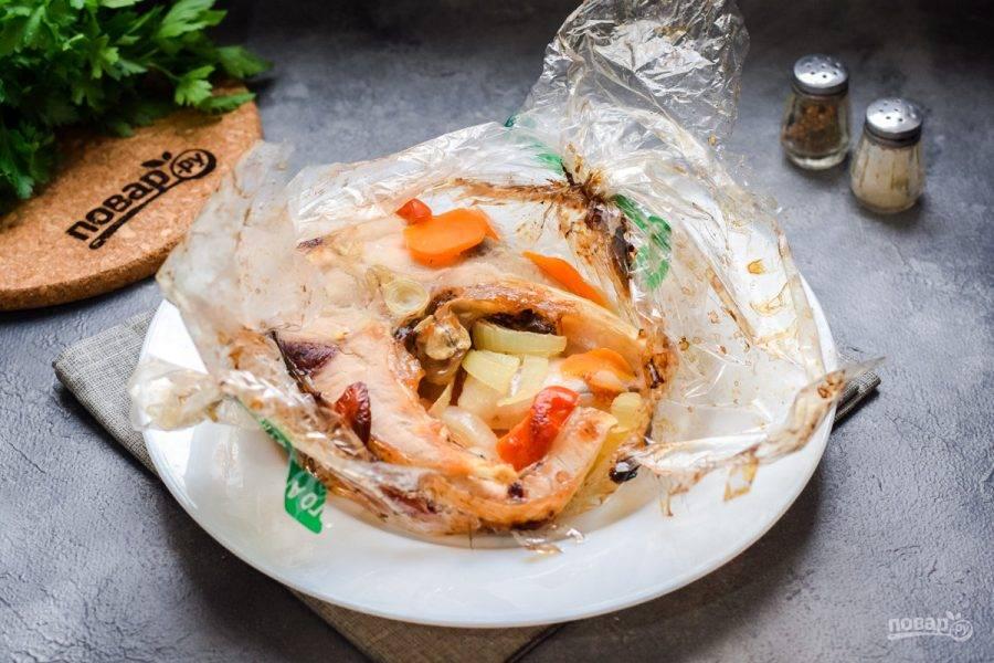 Готовую рыбу подавайте к столу с пылу-жару. Сбрызните лимонным соком.
